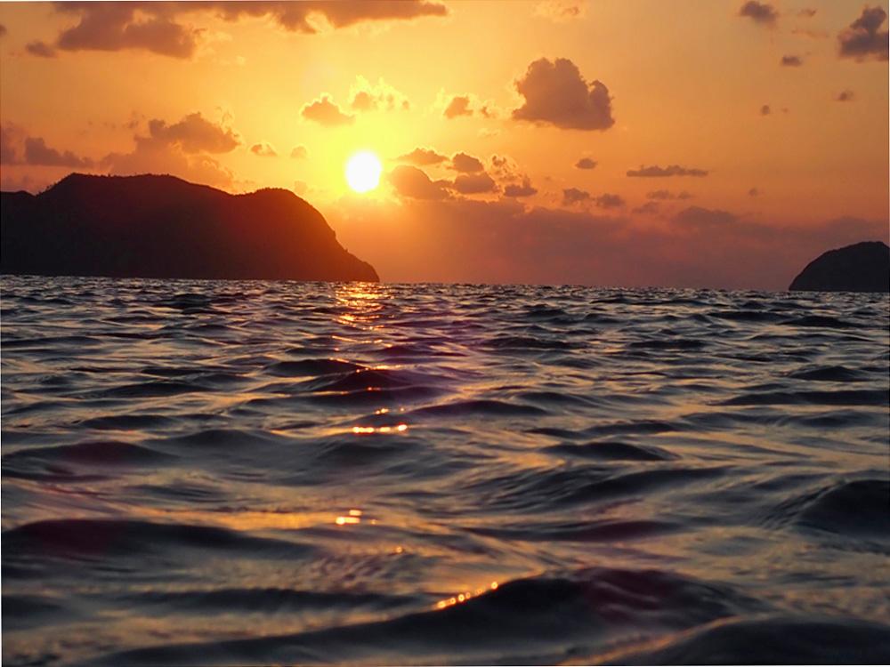 無人島に沈む夕陽。